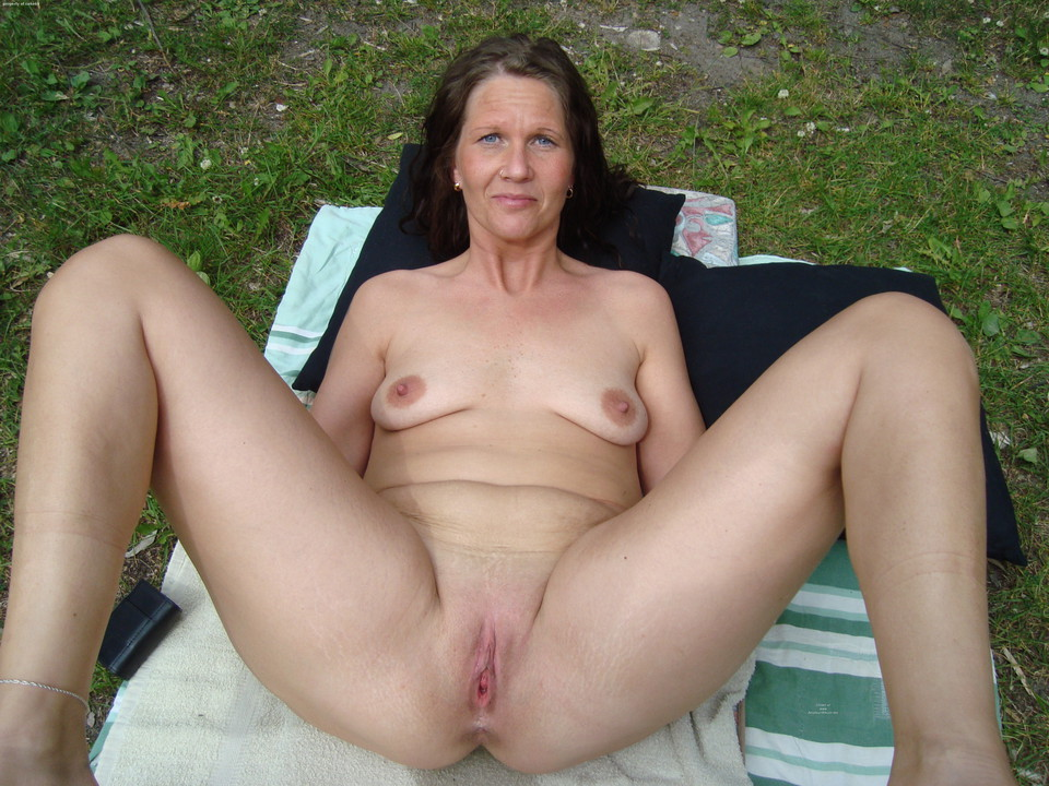 Hairy amateur mature pussy outdoors